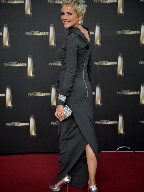 Inka Bause trug eine raffiniertes Kleid mit silbernen High Heels.