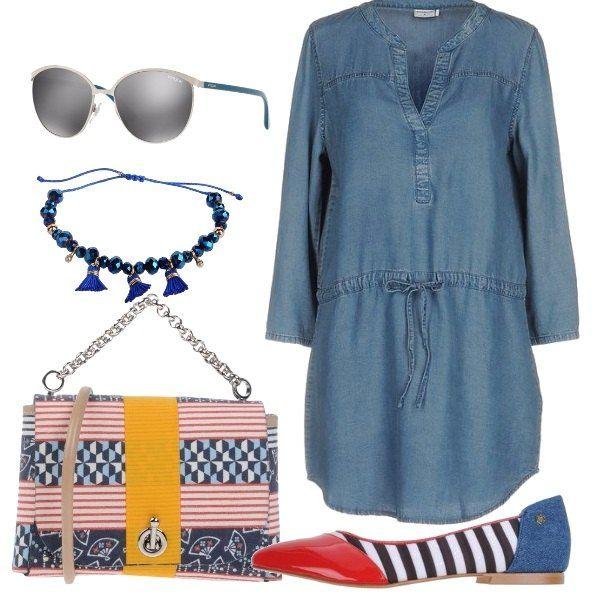 Il semplice chemisier in denim è ravvivato dagli accessori, le ballerine multicolori come la borsetta , il braccialetto di pietre blu e i bellissimi occhiali da sole.