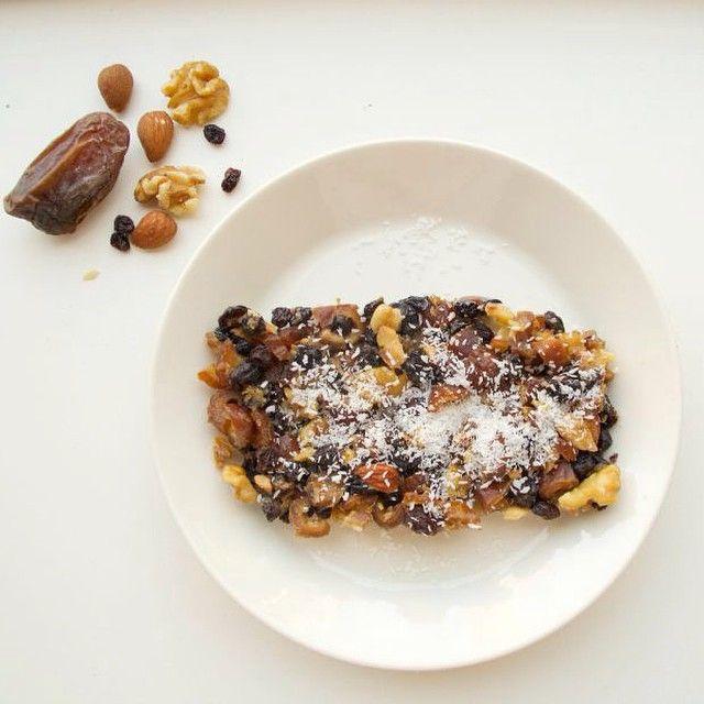Recept: Dadeltaart met noten√ 250 gram (ontpitte) dadels √ 200 gram krenten √ handje walnoten (ongezout) √ handje amandelen (ongezout) √ 1 ei √ 150 ml kokosolie
