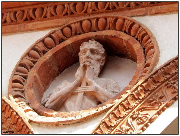 Quadriportico bramantesco scandito da eleganti arcate a tutto sesto profilate in cotto, poggianti su colonnine dai capitelli arcaici di stile gotico e inframmezza... http://zibalbar-foto.overblog.com/2014/06/quadriportico-bramantesco.html