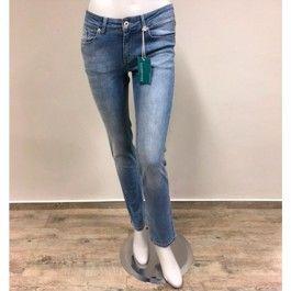 Knackige Bio Jeans »bloomers« für Damen in Hellblau aus GOTS zertifizierter Bio-Baumwolle und Elastan. ||| Light blue eco jeans »bloomers« for women made of GOTS certified organic cotton and elastane, with elastic fit and elastic waistband. EU-wide shipping