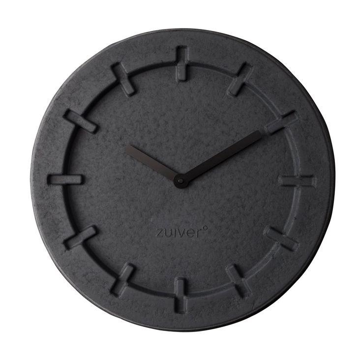 De tijd vliegt met deze Zuiver Pulp Time Wandklok! Zolang je niet té vaak naar dit klokje kijkt tenminste, want dan gebeurt juist het tegenovergestelde. En dat zal moeilijk zijn. De klok, gemaakt van papierpulp, heeft namelijk een erg gaaf design!