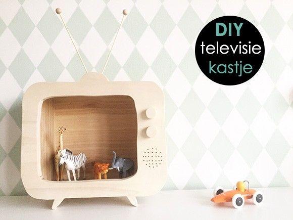televisie, hout, houten, kastje, muur, kinderkamer, babykamer, spelen, boeken, speelgoed, maken, zelf, zagen, figuurzaag, diy, stappen, simpel, eenvoudig, kistje, kratje, accessoires, inrichten, inrichting, nachtkastje