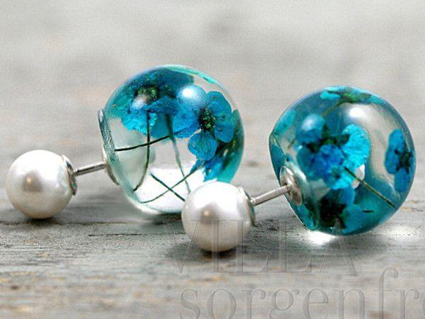 925 Echte Blüten & Perle Doppelohrstecker. Ganz besondere Ohrstecker:   Vorne zarte weisse Perlen. Hinter das Ohr, also als Rückstecker, echte türkisblaue Blüten eingegossen in Harz. Die Blütenkugeln werden einfach aufgesteckt und rasten dann ein. Man sieht sie nicht nur von der Seite, sondern auch von vorn.
