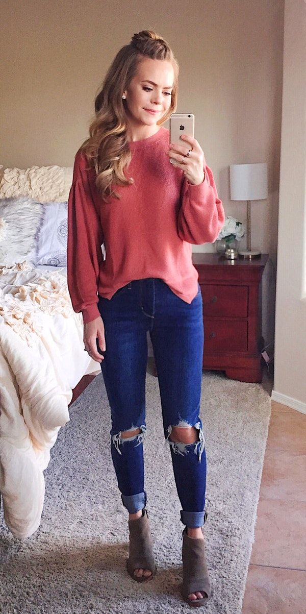 Winter Outfits Pink Long Sleeve Top Blue Jeans And Brown Sandals Outfit Cute Winter Outfits Casual Winter Outfits Spring Outfits Casual