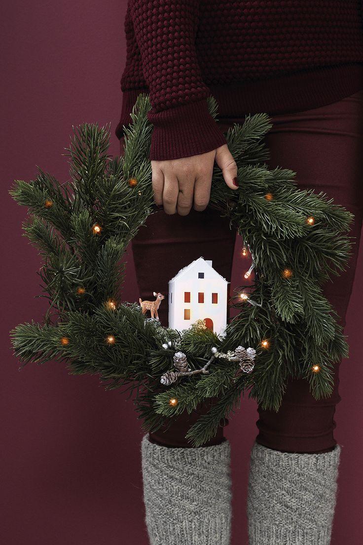 Christmas wreath with a little house  www.panduro.com Christmas Wreaths by Panduro  #christmas #dekoration #DIY #wreath  #julkrans #krans #dörrkrans