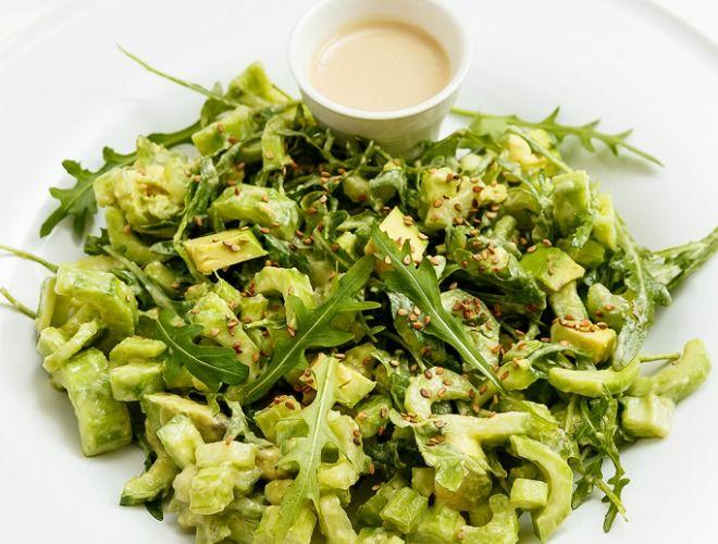 Σαλάτα με σέλερι αβοκάντο και ταχίνι