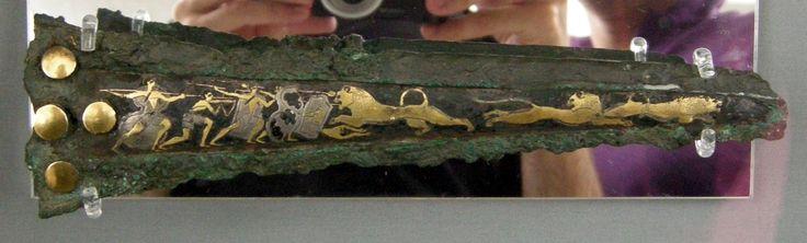 Fodero di pugnale miceneo con scene di caccia al leone, ca XVI secolo a. C. bronzo niellato in oro e argento. Dalla tomba IV Micene; Museo Archeologico Nazionale, Atene.