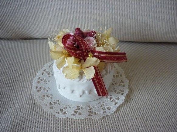丸いケーキ型のプリザーブドフラワー -1あじさいの花、ピンクのバラ、ラズベリーでアレンジしています。ケーキの型は陶器で出来ています。ケーキ型の直径、9cm|ハンドメイド、手作り、手仕事品の通販・販売・購入ならCreema。