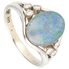 Witgouden bezet met 1 blauwe opaaltriplet en 6 briljant geslepen diamanten van totaal 0,18 ct