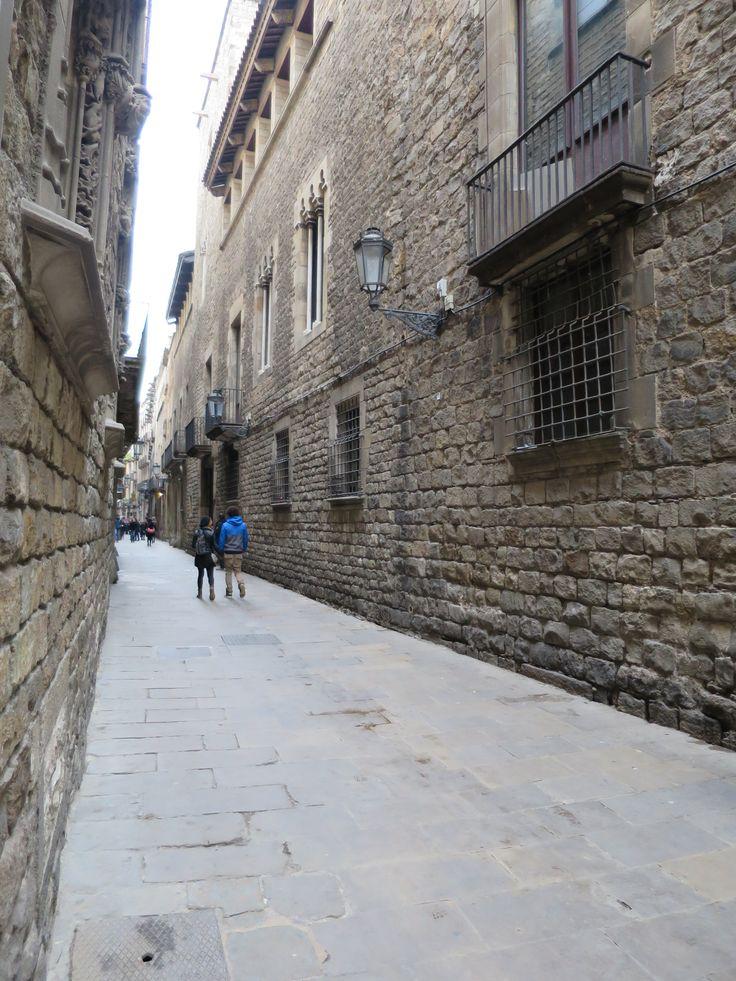 旧市街地の路地。石造りの壁に挟まれなおかつ石畳。とてもいい雰囲気です。