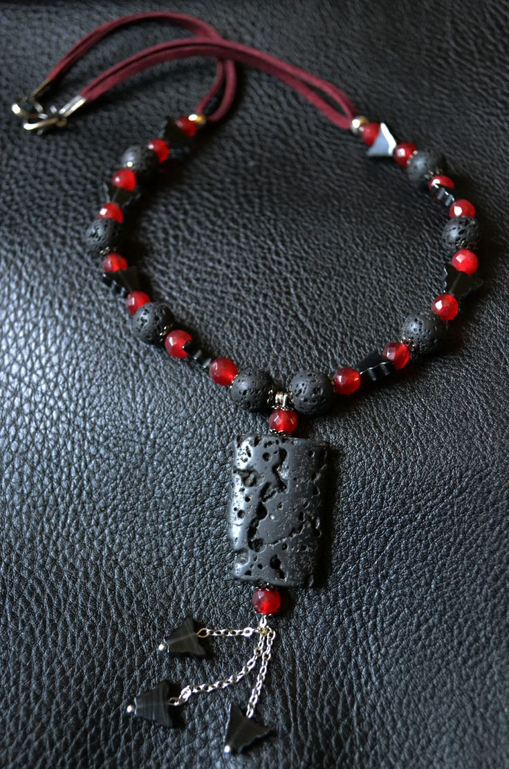 Collana Gothic con Perle ed Elemento Centrale in Lava, Granati e Farfalle in Ossidiana