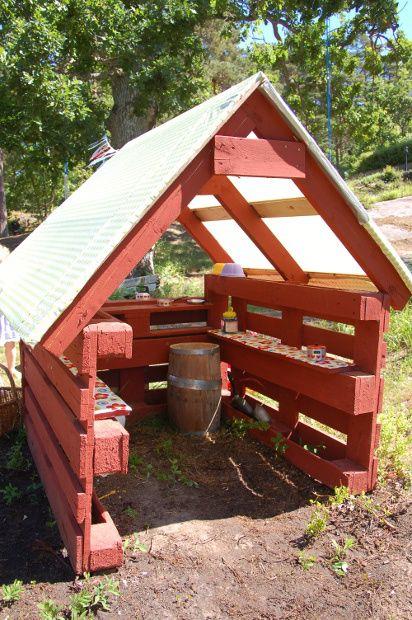 Ein Mini-DIY-Gewächshaus aus Paletten und dicker Folie.