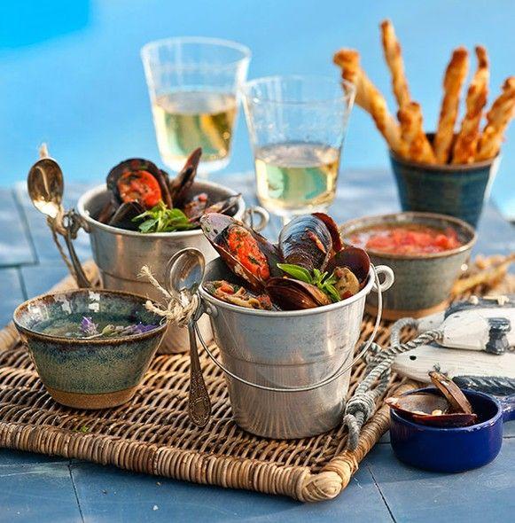 Com um clima bem praiano, os mariscos são servidos em pequenos baldes