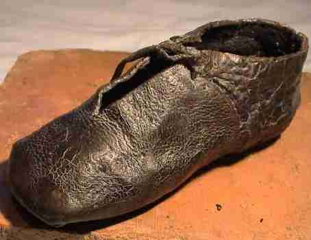 IMPORTANT WELL PRESERVED MEDIEVAL CHILD'S SHOE, found in the river Mosel near Trier. Because of the style the shoe might be attributed to the 15th century, but the find place also produced Frankish artifacts so an earlier attribution is just as possible. 16 cm, intact. An excessively rare complete medieval shoe in a wonderful state of preservation.
