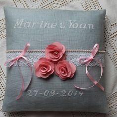 Sur commande coussin d'alliances brodé main en blanc sur lin gris fleurs roses tissu et dentelle/mariage