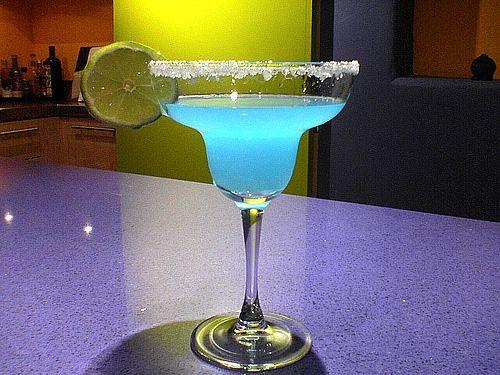 Blue Margarita Ingredientes: – 2 oz de tequila – 1 oz de curacao azul – 1/2 oz de jugo de limón – 1/2 oz de jarabe de goma http://www.cocinaland.com/31-cocteles-para-despedir-el-ano/