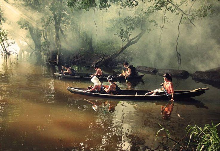 Riau, Indonesia. I bambini sono costretti ad attraversare il fiume in canoa per a andare a scuola