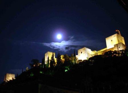 VISITAS NOCTURNAS A LA ALHAMBRA, DEL 15 DE MARZO AL 14 DE OCTUBRE  El sol se esconde y las puertas de la Alhambra se vuelven a abrir. Bajo la luz de la luna, el conjunto impresiona aún más. Atrás queda el gran portón del Palacio de Carlos V cerrado a cal y canto y el perfume del patio de Machuca. La belleza y el encanto se multiplican con la noche. Las visitas nocturnas al monumento descubren maravillas ocultas por el día. La ausencia de luz, el crepúsculo, permite soñar y dejarse llevar.