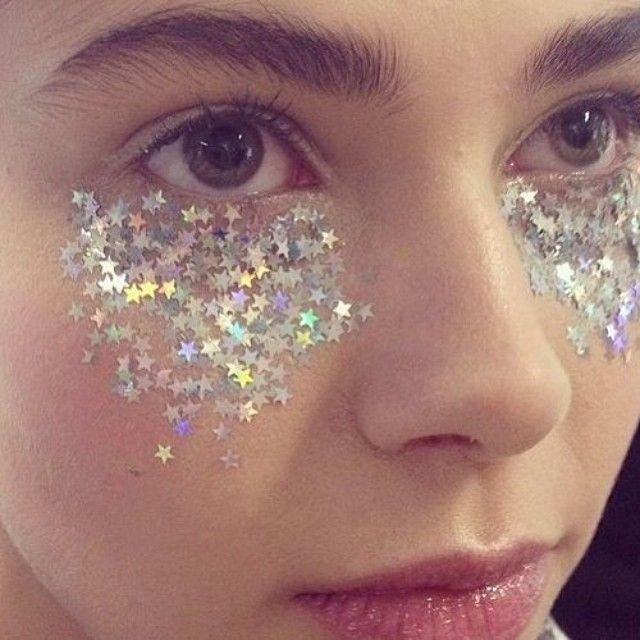 Outra opção make: o uso de estrelas abaixo dos olhos ou na maçã do rosto