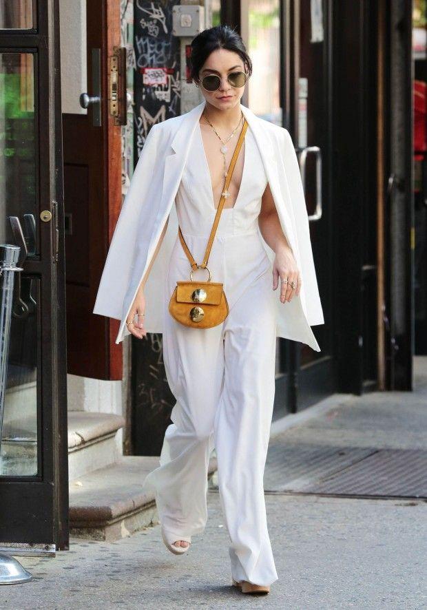 Vanessa Hudgens com look hippie chic. Macacão branco  e blazer .: