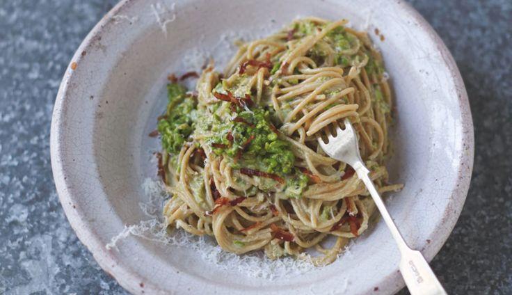 Dit heerlijke recept voor een magere carbonara met spek, erwten, amandelen & basilicumkomt uit Jamie Oliver's…