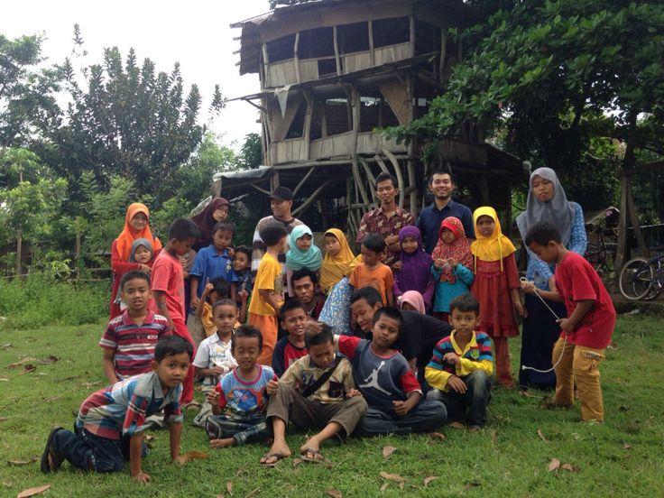 Sekolah Nyeleneh Di Pinggir Sungai Bengawan Solo