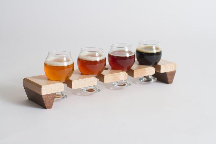 SCHEEPVAART bericht: Ik zal zijn uit het land van 13-19 oktober (doen bier onderzoek in België). Bestellingen vóór de 19e misschien niet schip zo snel zoals gewoonlijk. Sorry voor het ongemak, wanneer ik weer uitstappen uw bestellingen zo vlug mogelijk zullen mijn hoogste prioriteit.  Deze hand vervaardigde bier sampler lade is gemaakt van esdoorn en walnoot, en wordt geleverd met vier 5 oz Belgische stijl bril. Perfect voor het serveren van monsters van homebrew, verticale proeverijen van…