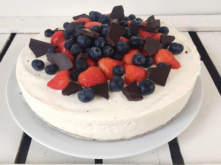 Hangoptaart met rode vruchten en chocolade / birthday cake!
