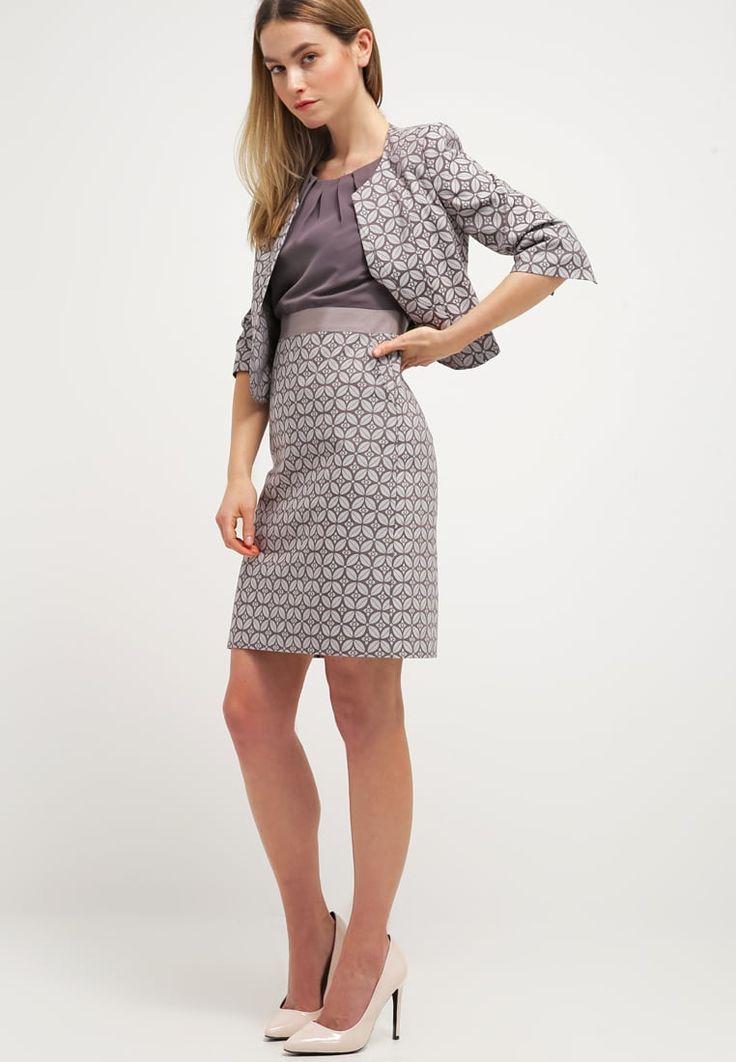 Elegancka sukienka z kieszeniami , idealna propozycja do pracy i na formalne wyjścia