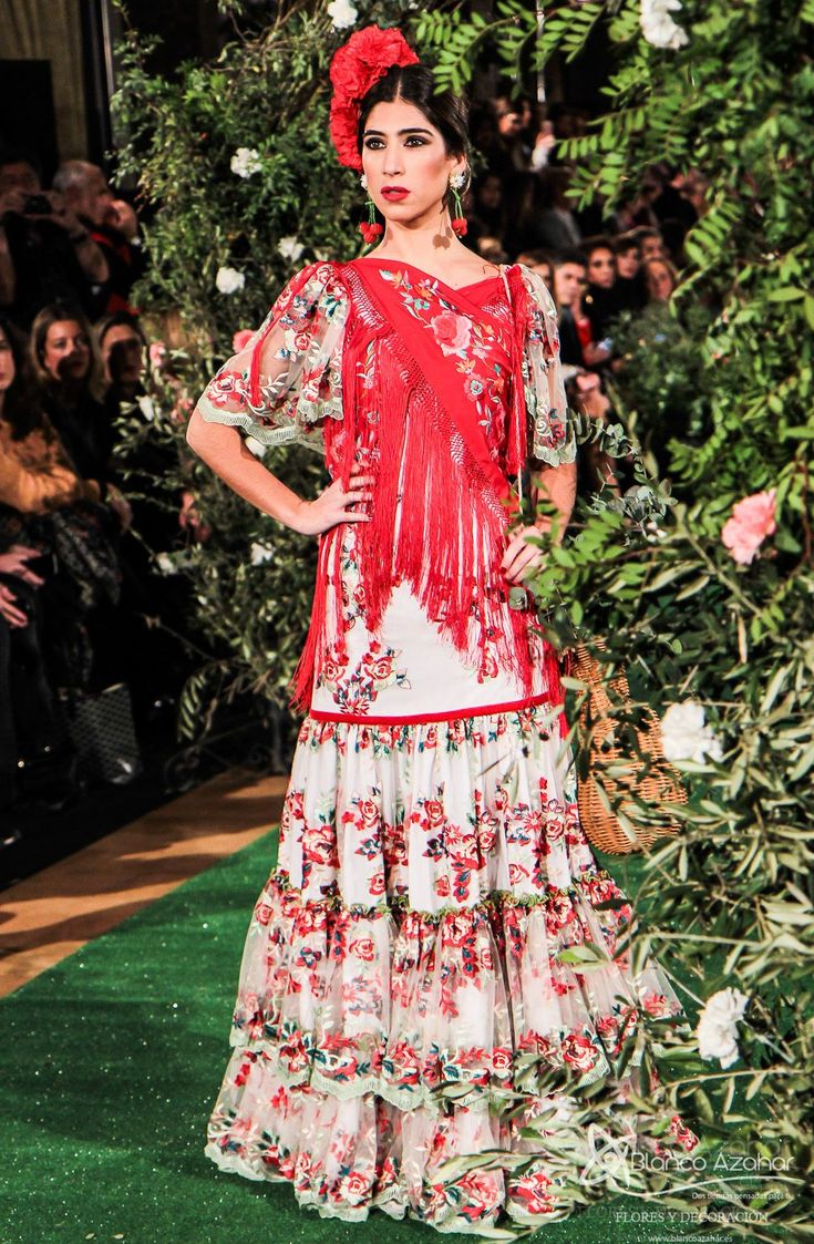 Rocío Peralta viaja con sus trajes de flamenca a la #Sevilla del s.XIX Diseñadora sevillana de reconocimiento nacional, estrenó el primer desfile de moda flamenca del 2018 con su colección «Montpensier» , causando «overbooking» el  pasado miércoles en el Salón Real del emblemático Hotel Alfonso XIII, sede de la pasarela We Love Flamenco, disfrutando de su colección una de las grandes mujeres de la moda, Naty Abascal.  #RocioPeralta #WeLoveFlamenco2018
