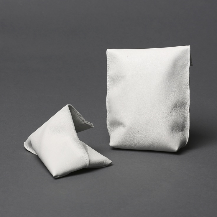 Kuru pouch can be opened easily with one hand by pressing on the edges of the mouth, and it closes by itself once you let go.