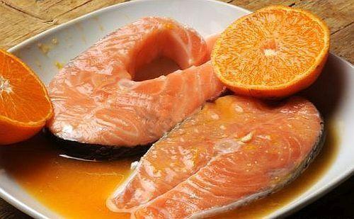 Salmone marinato all'arancia cotto nel cartoccio