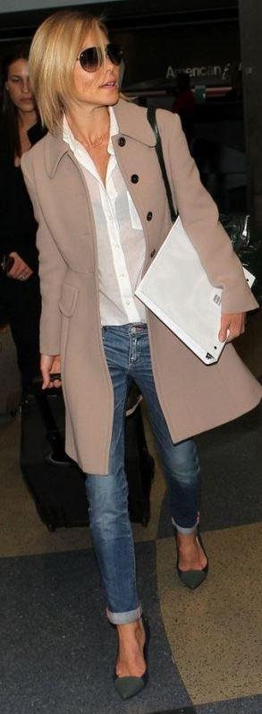 Blue skinny jeans, handbag, and gray cap pumps