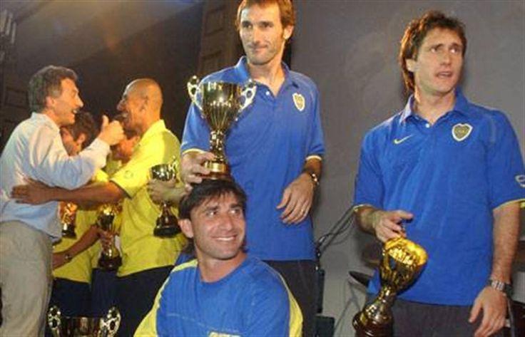 """Abbondanzieri: """"Apuesto a ganar el Mundial y en el 2007 me voy al campo""""  Abbondanzieri es simbólicamente coronado por Schiavi en la fiesta de anteanoche en el hotel InterContinental"""