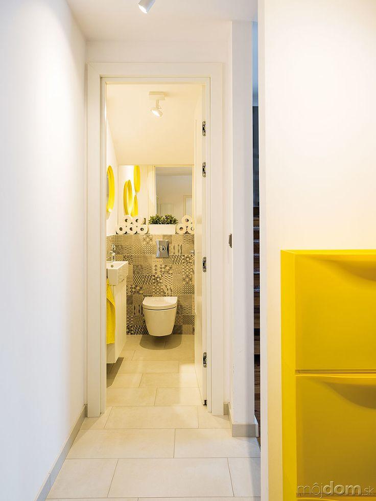 Predsieň odkrojili zpôvodne priechodnej kuchyne, do WC sa vchádza zmedzipriestoru, ktorý vznikol zbúraním nezmyselnej komory – toaleta prístupná priamo zobývačky bola jedným zlapsusov pôvodnej dispozície. Nová logika prospela všetkým priestorom.