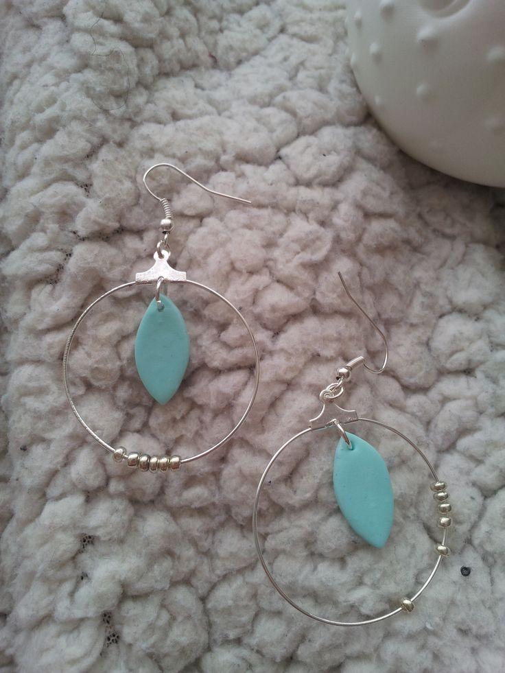 boucles d'oreille pendantes perles de rocaille et plume fimo : Boucles d'oreille par mylittlequail-creation