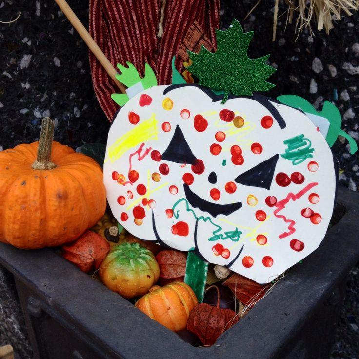 halloween basteln mit kindern k rbis ausschneiden und mit radiergummi acrylfarbe aufstempeln. Black Bedroom Furniture Sets. Home Design Ideas