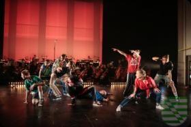 """Nach der euphorisch gefeierten Premiere von """"SYMPHONIX"""" im Festspielhaus Dresden Hellerau ist es der FVG Riesa mbH gelungen, das neueste Tanz- und Konzertprojekt der Elbland Philharmonie Sachsen am 1. Oktober 2017 in die SACHSENarena Riesa zu holen. Das Orchester präsentiert an diesem Tag eine außergewöhnliche Tanzcrew: """"The Saxonz"""", bekannt aus der Veranstaltung """"Floor on Fire – Battle of Styles"""" sowie zahlreichen Tanzauftritten, u. a. in der Imagekampagne """"So geht Sächsisch"""", tanzen…"""