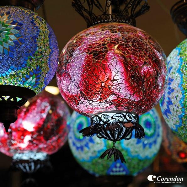 Kleurrijk glasmozaïek dat met de hand word ingelegd. Deze prachtige lampen vind je natuurlijk in Turkije