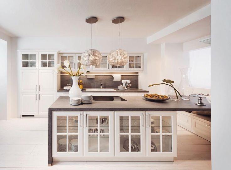 Kolejna bardzo stylowa aranżacja łącząca elementy klasyczne z nowoczesnymi Lekkości dodają przeszklone szafki umieszczone w wyspie  #bogaccypl #kuchnia #kuchnie #nowakuchnia #inspiracja #inspiracje #inspiration #pieknakuchnia #mojakuchnia #remont #nowydom #vsco #vscocam #polska#aranżacjawnętrz #meblekuchenne #mojakuchnia #meble #pomysł #kitchen #kitcheninspo #interiordesign #decor #meblenawymiar #nowakuchnia #remont #details