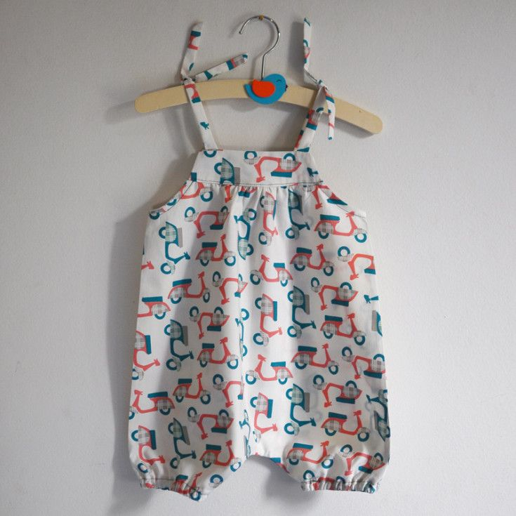 Homemade kids dungarees in cream and blu/red coral Vespa fabric (Supercut.it) based on a La Casetta in Canadà's pattern enclosed to La Mia Boutique magazine (July-August 2014, Italy).