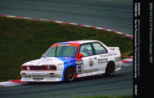 BMW M3 : la berline survitaminéeVersion débridée de la série 3, la M3 est présentée pour la première fois en 1985 au Salon de Francfort. Elle a été conçue pour la compétition et va rapidement enchaîner les victoires. Selon BMW, c'est même l'auto la plus titrée de l'histoire dans la catégorie des voitures de tourisme… C'est depuis devenu une icône des berlines sportives, aux côtés de sa grande sœur, la M5.>>> Testez notre comparateur d'assurances auto