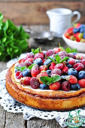 Творожная запеканка со сметанным кремом и ягодами A method for similar is here http://hellokitchen.tv/274/cottage-cheese-casserole-with-blueberries/