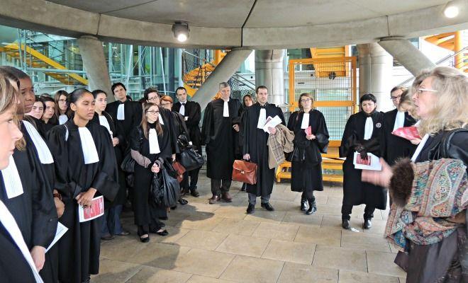 Aujourd'hui à 13 heures 30, la bâtonnière et les avocats bordelais se sont réunis sur les marches du Tribunal de Grande Instance de Bordeaux contre la loi Macron