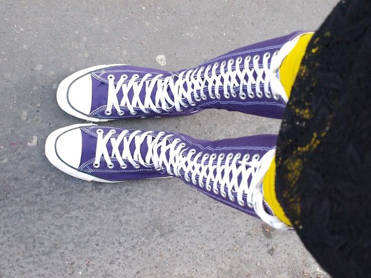 Converse bottes violettes et collants jaune