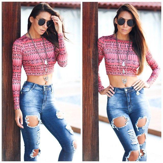 calça jeans destroyed cintura alta e cropped top - Instagram: @decoresaltoalto