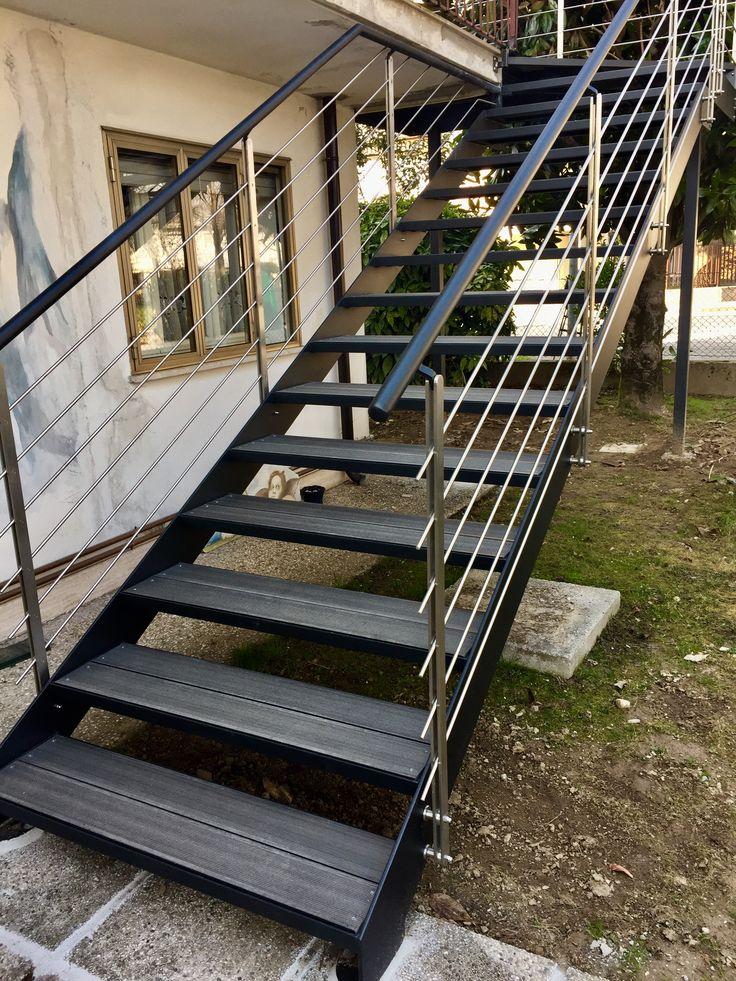 Scala in ferro da esterno in stile moderno con parapetti in acciaio inox, scalini in deck pvc legno colore ardesia