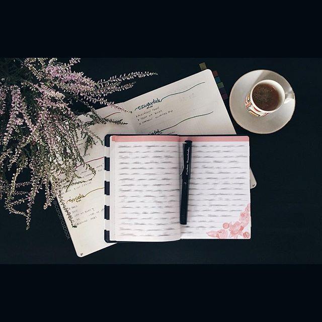 Dzień dobry 🤓⠀ Na biurku mój Bullet journal + evening pages. Mój sposób na organizację dnia i organizację myśli. 😊⠀ Z moim bujo się nie rozstaję - pomaga mi w zaplanowaniu zadań, ogarnięciu spraw i zobowiązań. Notes Nuuna jest dość ciężki i nie ukrywam, że wolę pracować z nim w domu, niż targać ze sobą wszędzie. Natomiast mniejszy notes zawiera Evening Pages. To moja wersja Morning Pages - nie mam zwykle rano ani czasu ani ochoty siadać i zapisywać kilku stron w formie strumienia myśli…
