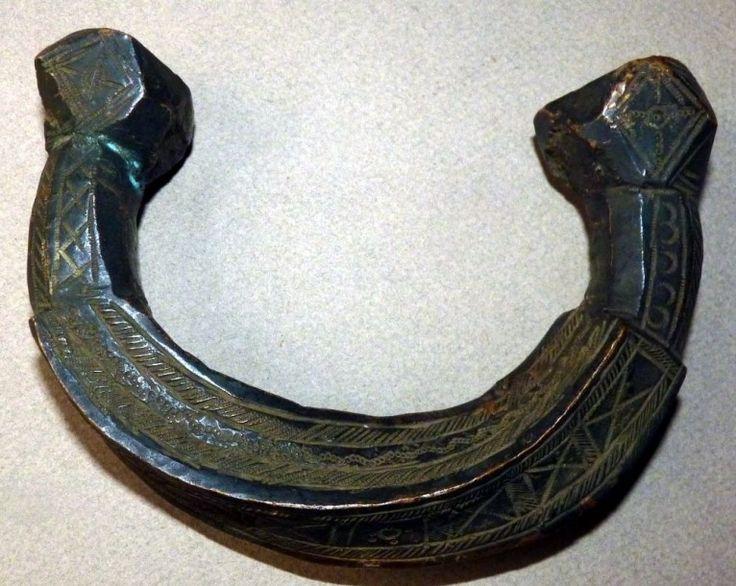 Art d'Afrique - Auction BRACELET DJERMA (Niger). En cuivre ou laiton orné de motifs géométriques incisés et poinçonnées. 13 x 11 cm. Ce type de bracelet, comme beaucoup de ceux utilisés dans la zone sahélienne, a été forgé et torsadé à chaud dans un lingot de couleur rouge…